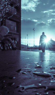 Sonnenstrahlen brechen hinter Wolken hervor, beleuchten eine nasse und dunkle Szenerie und strahlen Zuversicht aus. © Georgie Pauwels